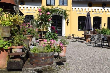 Gård med skøn have og gårdmiljø - Aabenraa - House