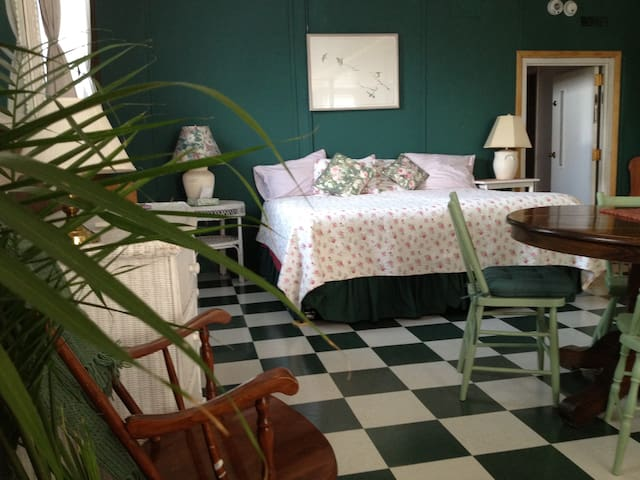 Green Room in The Old Schoolhouse - Isle La Motte - Bed & Breakfast