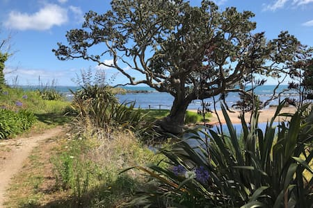 Classic seaside bach near Cable Bay - Cable Bay - Bungalow