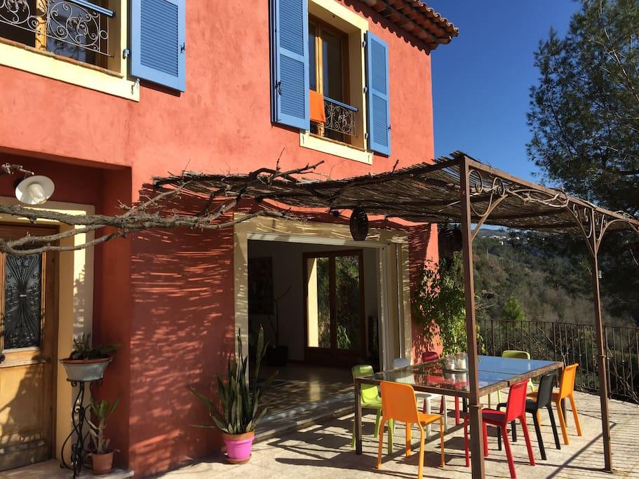Terrasse 32 m avec table 240/120 ,  pergolas et belle vigne