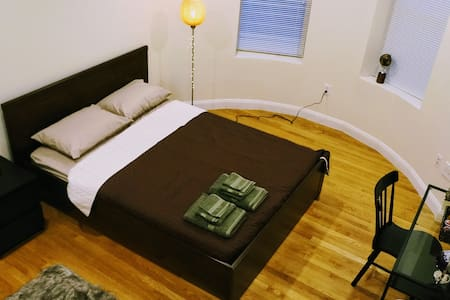 Luxury stay, next to train station - Brookline