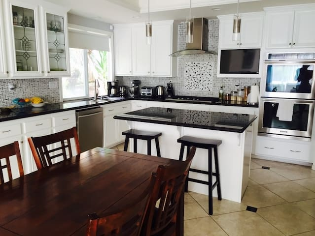 1 Private Bedroom with a Queen Bed in Carlsbad