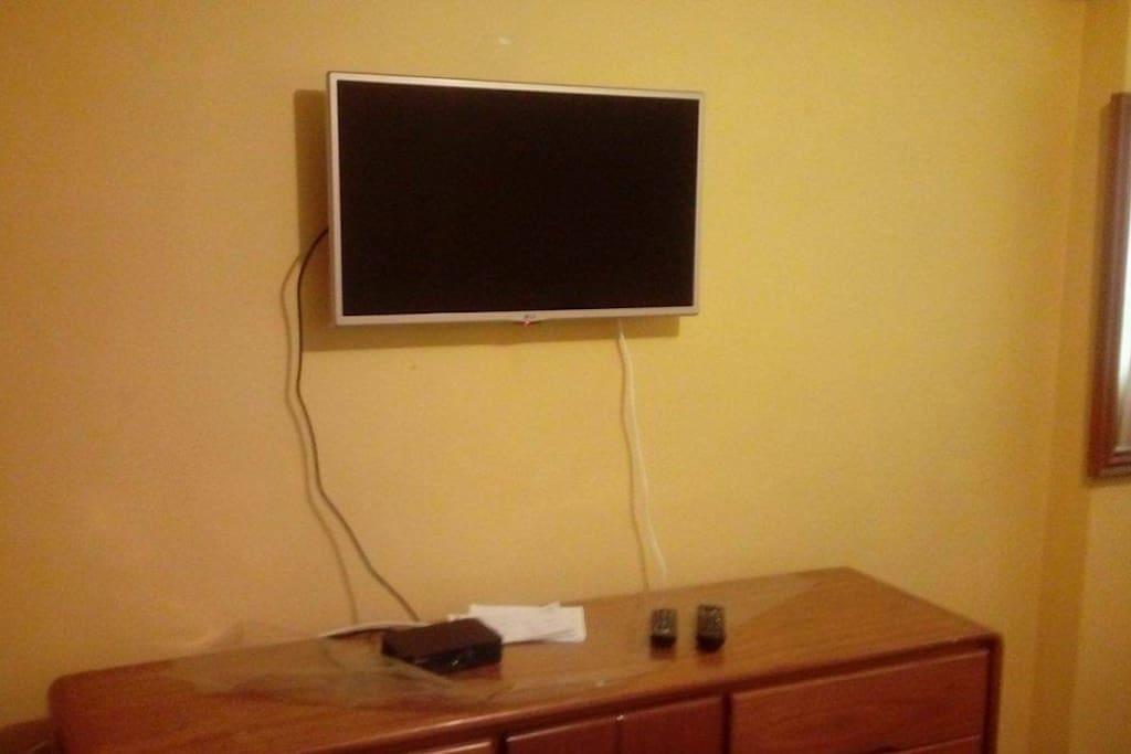Comoda con 6 cajones, TV 32, cable magico, internet, espejo, sillon.