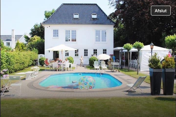 Hus med pool, nær by og skøn natur. - Fredericia - Huis