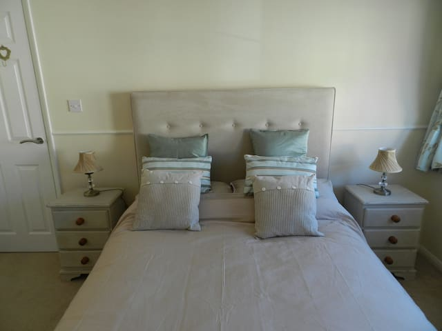 Beautiful house, 1 minute from beach. Sleeps 4+cot