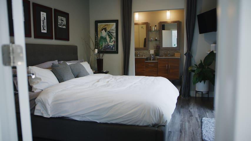 Masterbedroom (King) Adjustable Tempurpedic mattress with massage
