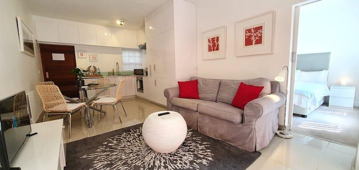 Stylish 1 BR unit, pvt garden, free wifi & parking