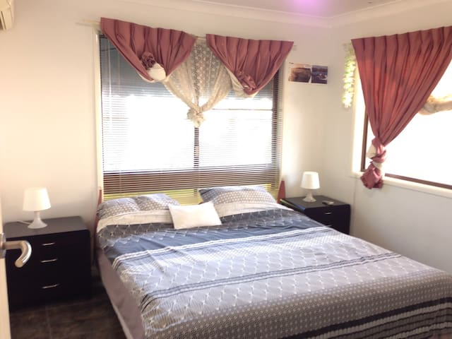 Comfortable & single Queen bedroom