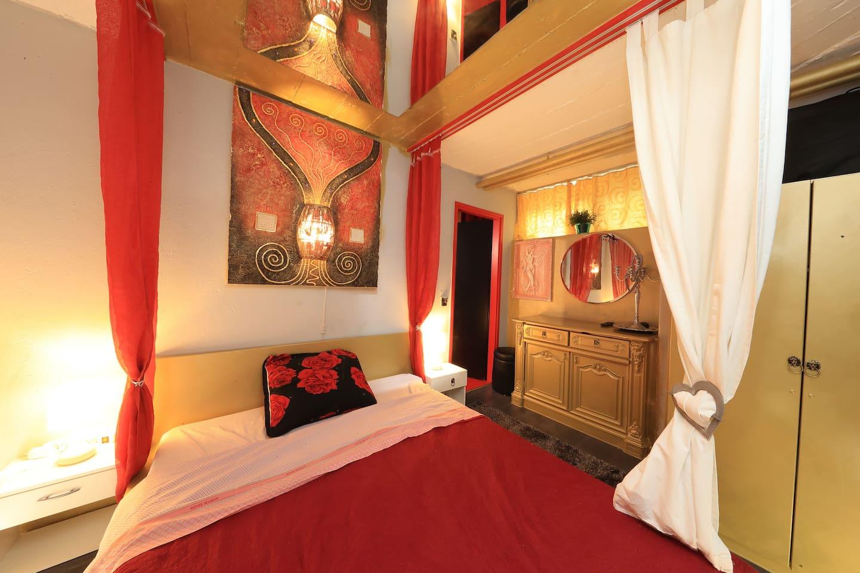 Camera da letto con specchio a soffitto .