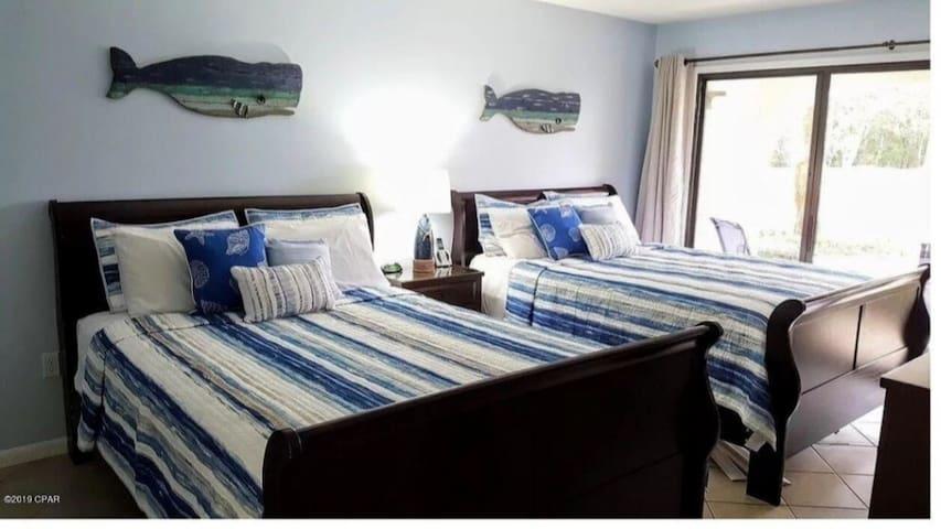 2 Queen beds in the bedroom.