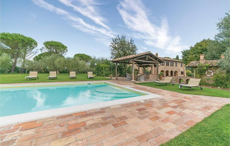 Holiday cottage with 5 bedrooms on 340m² in Torgiano PG