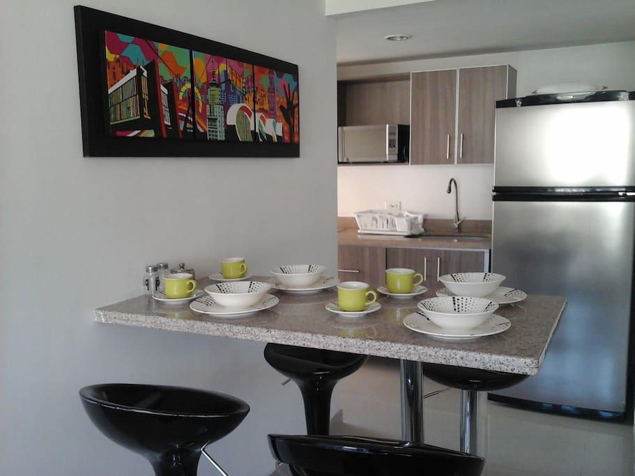 Barra comedor integrada a cocina y salon.