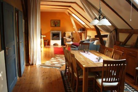 Ländlich idyllische Kutscherwohnung an der Elbe - Zeithain - Apartamento