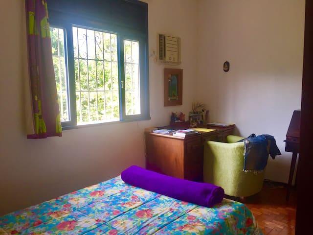 Apartamento com varanda e vista para o verde.