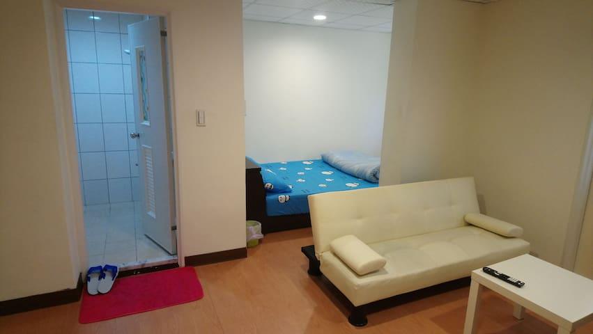 獨立衛浴套房(29),輕鬆自在居,桃園火車站商圈,採光通風良好,出入自由。各地輕旅行諮詢。