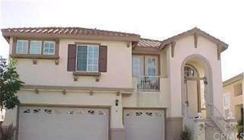 Incredible Sunny view Executive 4 Bedroom 2800sqft - Aliso Viejo - House