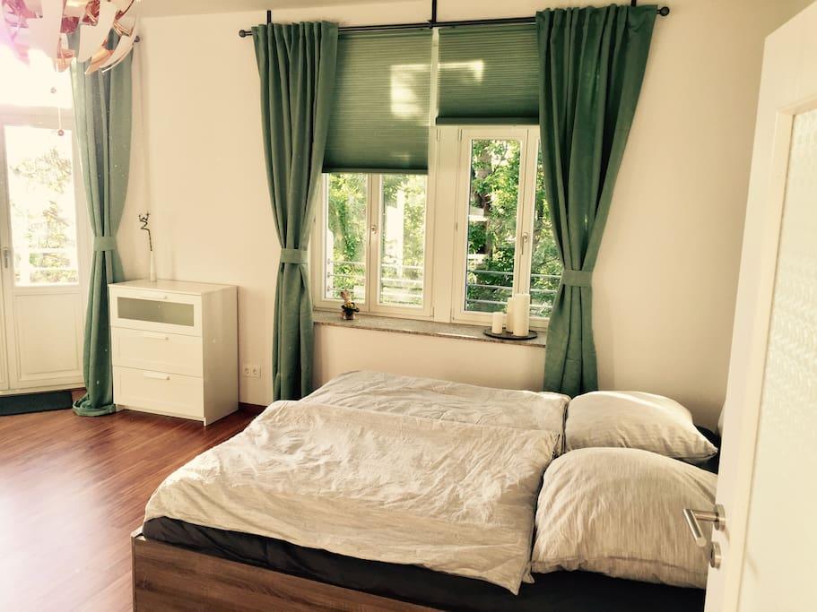 Das Bett bietet mit 1,80 x 2,00 ausreichend Platz.
