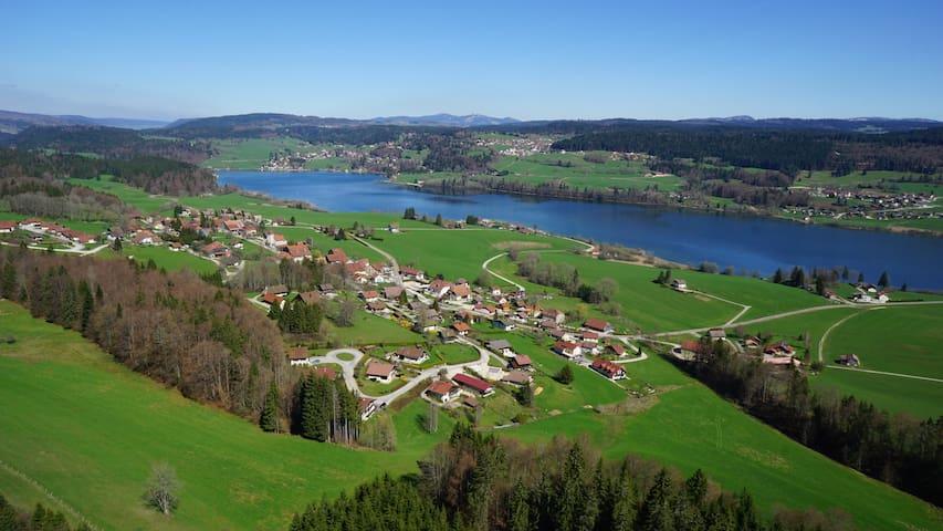 Jolie maison familiale vue lac dans petit village