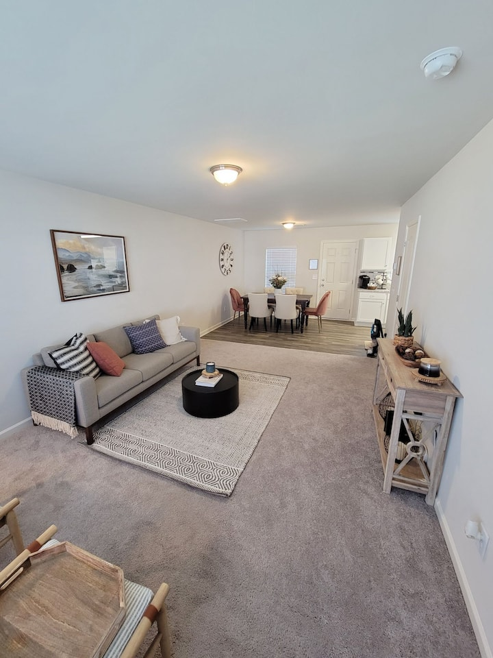 Walking Distance To The Mall, Park, Food, Hospital