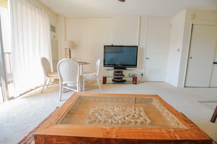 Large Flat Screen T.V. in the Living Room. リビングルームに大型テレビを完備。