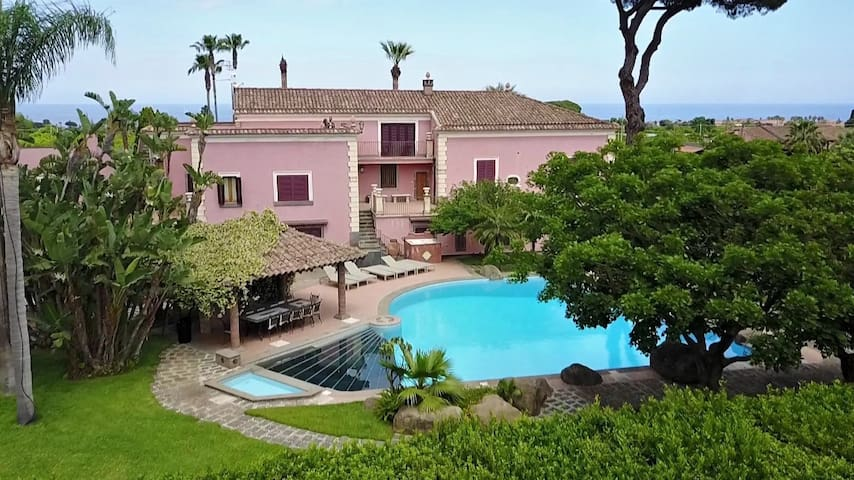 Villa with swimming-pool in a lemon grove