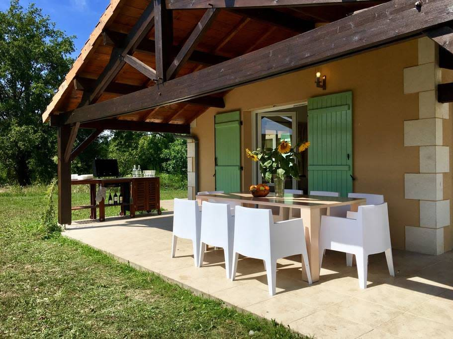 Outdoor dining area & BBQ