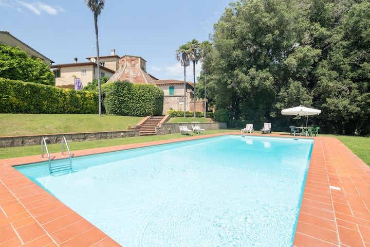 Charming villa with pool and large park