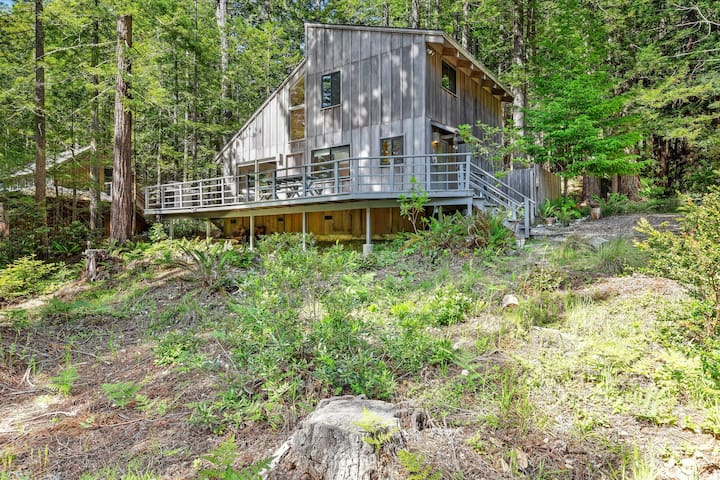 House surrounded by Redwoods w/water view from deck, shared pools, dogs welcome!