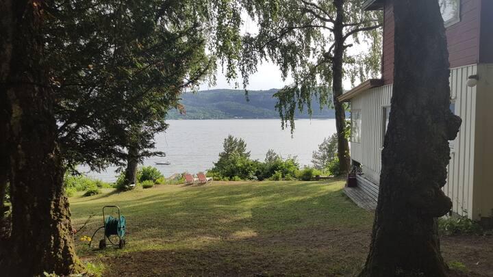 Familiehytte ved sjøen kort vei fra Oslo