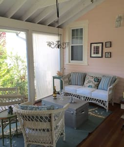 Walk to green - warm and cozy! - Guilford - House