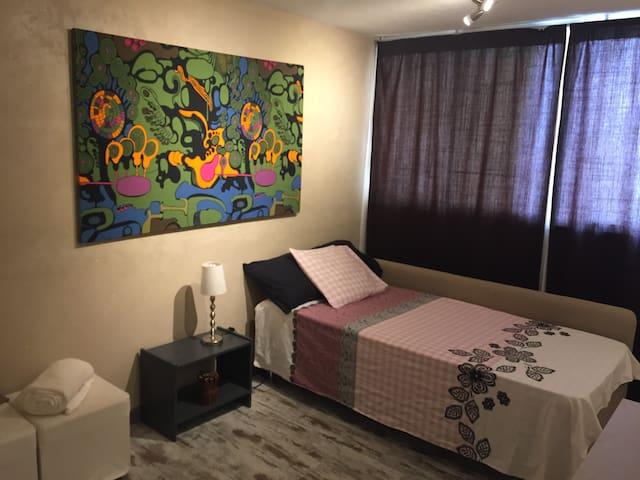 Habitación privada, baño y TV y Wifi.  1 huésped.