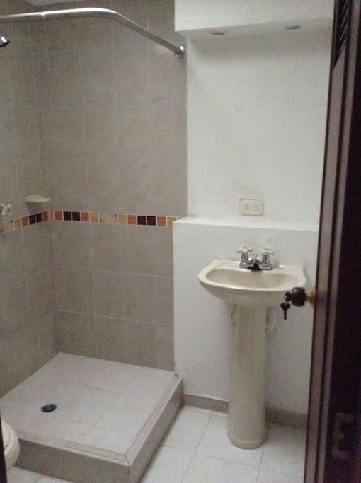 Salle de bain indépendante intégrée à la chambre  Baño indepediente integrado al cuarto