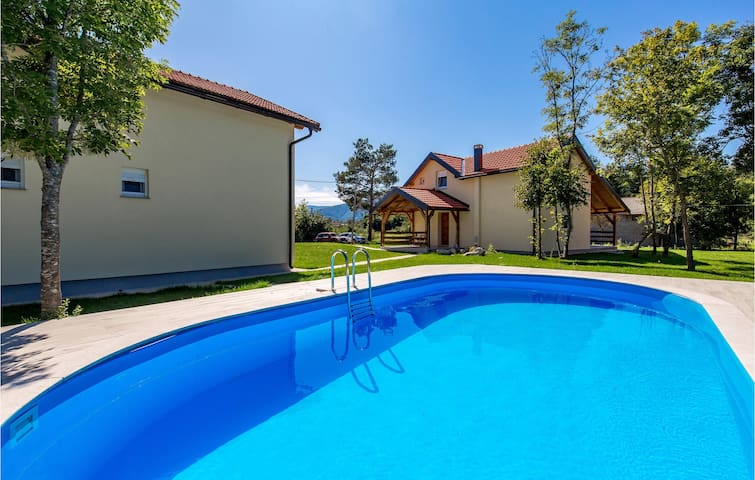 Holiday cottage with 7 bedrooms on 272m² in Plaski