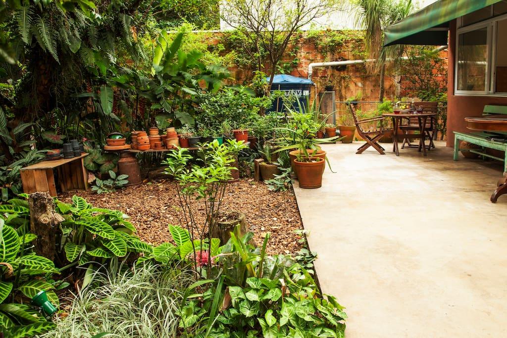Jardim com mesa para café da manhã ao ar livre