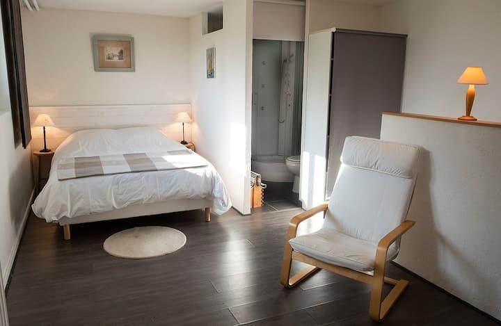 Chambre calme, fraiche, d'accès indépendant.
