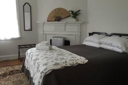 Rm202 Queen bedroom with breakfast - Philadelphia