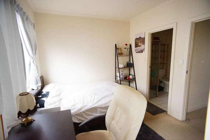 ❤Friendly =) Townhouse+Breakfast+WiFi[Master Room]