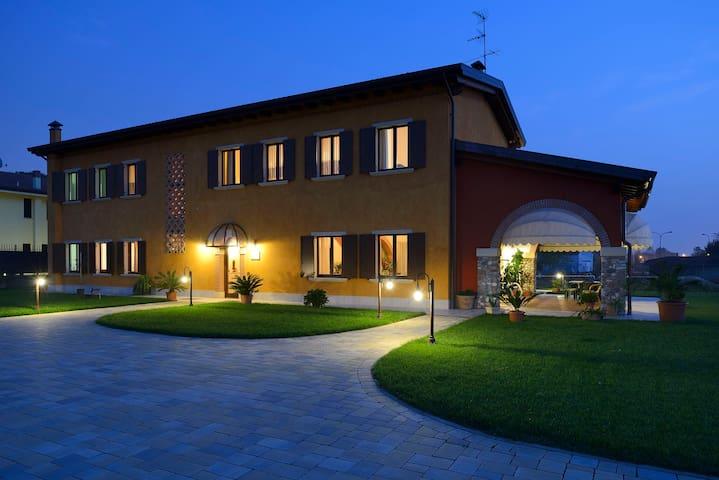 Vicino e lontano dal centro Verona - Werona