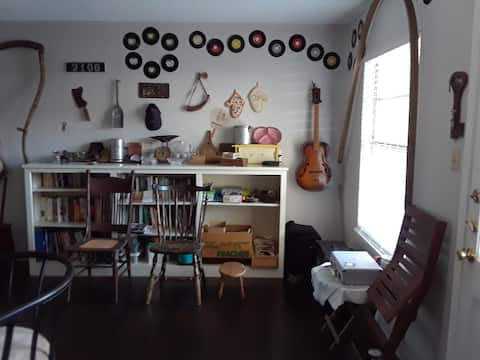 Old Austin antiques, music, library and eclectic vibe.