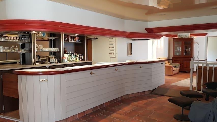 300 m² Confortable 3 chambres, salle 100m² de jeux