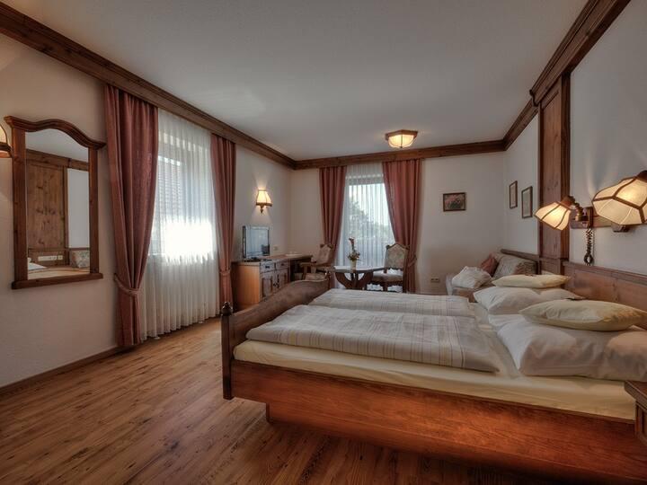 """Gräfliches Hotel Alte Post (Bad Birnbach), Doppelzimmer """"Gräflich"""" (35qm) mit luxuriösem Marmorbad"""
