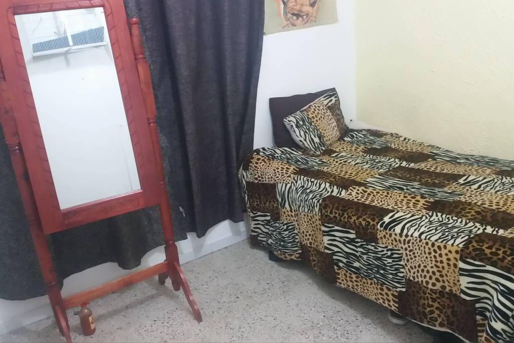 Es una habitación pequeña sencilla pero perfecta para descansar descansar a cualquier hora del dia.