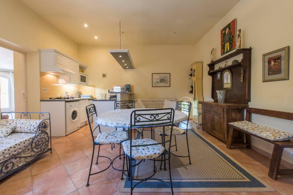 La salle de séjour et cuisine ( équipée) Living room and kitchen (fully fitted)