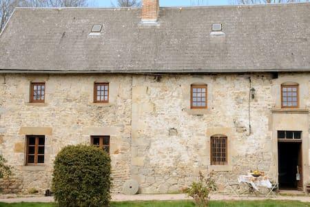 Gite XVIIIe des Combrailles - Saint-Julien-la-Geneste - Casa nella roccia