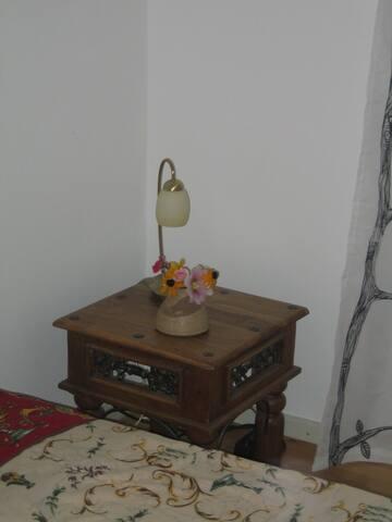 Nachttisch mit Lampe