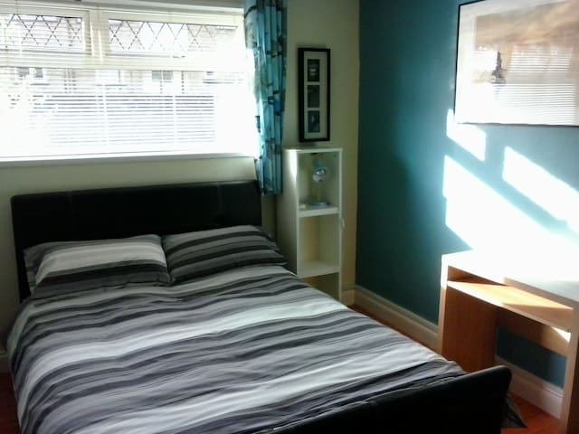 Cardiff double room with breakfast - Llanrumney - Dům