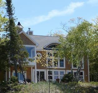 Beachfront home in Harbor Springs/Good Hart area - Harbor Springs - Hus