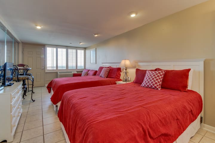 Gulf front studio w/ shared pool, great views, & beach access- snowbirds welcome