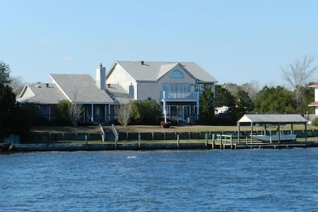 Spacious Home on Deep Water with Dock. Pool, Deck. - Newport - House