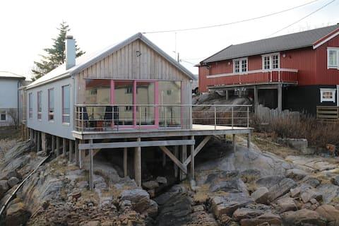 Modern cozy fishing cabin in Henningsvær